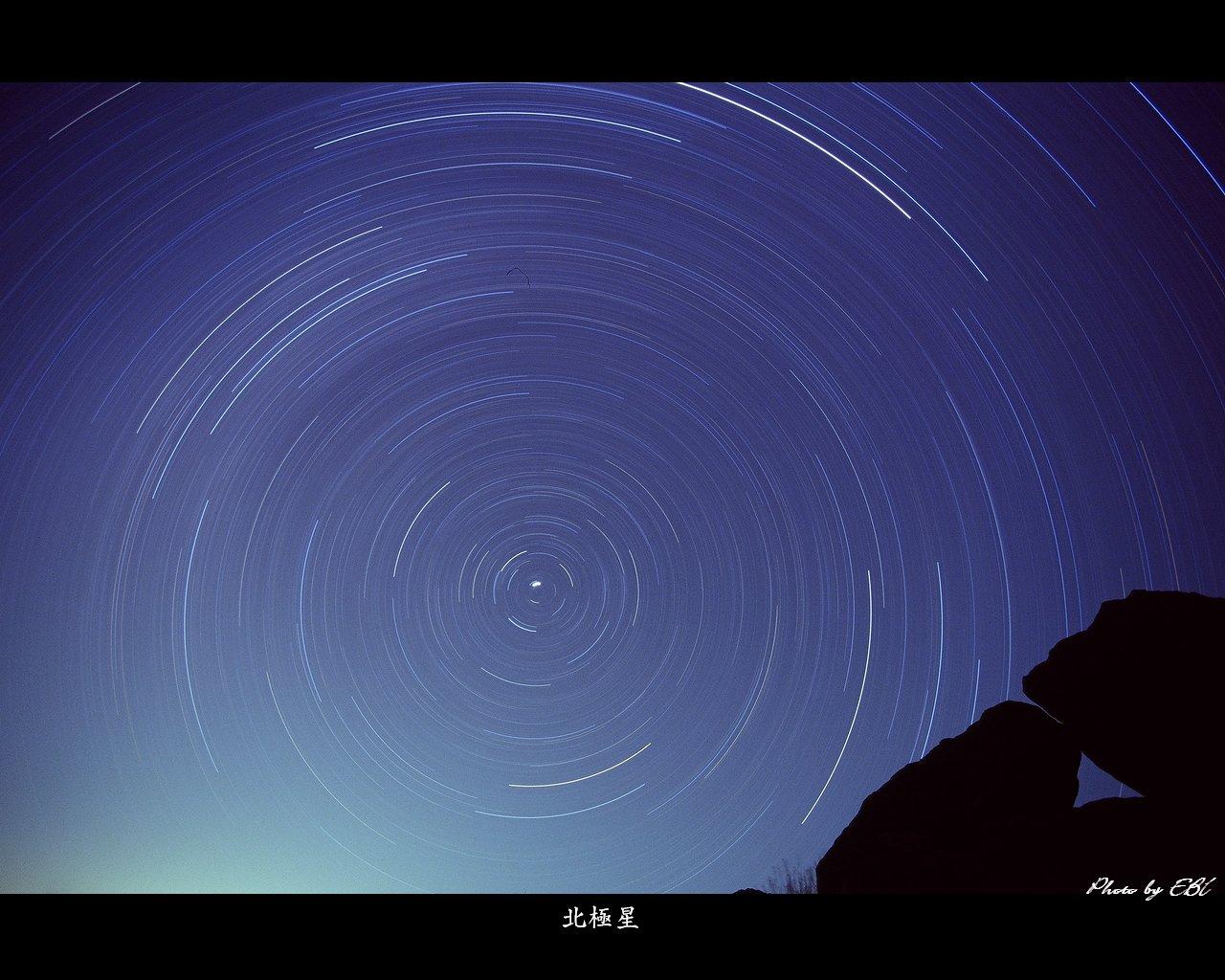 韓国岳登山口の三角窓の岩と星の光跡をタングステンフィルムで撮影 高画質 1280 1024 デスクトップ無料壁紙